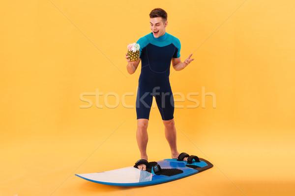 Immagine sorpreso felice surfer tavola da surf Foto d'archivio © deandrobot