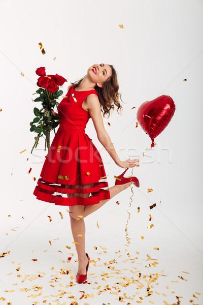 Stok fotoğraf: Tam · uzunlukta · portre · genç · kadın · kırmızı · elbise · buket