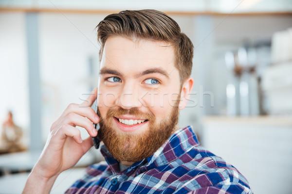 Man praten telefoon coffeeshop gelukkig jonge man Stockfoto © deandrobot