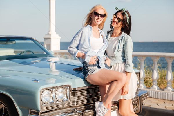 Kettő mosolyog nők áll együtt régi autó Stock fotó © deandrobot