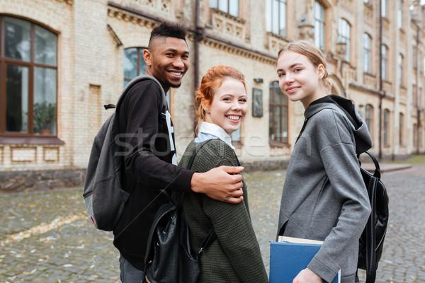 Tieners boeken lopen samen universiteit campus Stockfoto © deandrobot