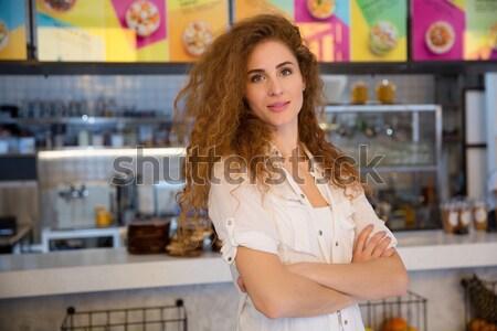 Mooie vrouwelijke Rood barista naar camera Stockfoto © deandrobot