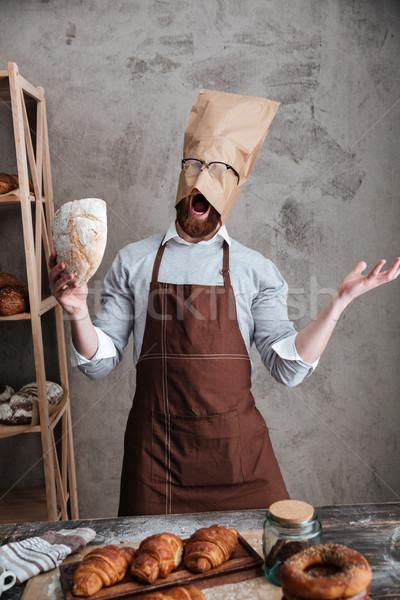 Krzyczeć człowiek piekarz stałego torby papierowe głowie Zdjęcia stock © deandrobot