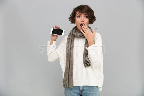 étonné jeune femme écharpe écran Photo stock © deandrobot