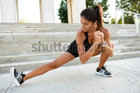 ストックフォト: 肖像 · フィットネス女性 · ストレッチング · 階段 · 屋外 · 女性