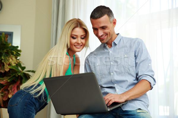 Stok fotoğraf: Mutlu · dizüstü · bilgisayar · kullanıyorsanız · ev · bilgisayar · kadın