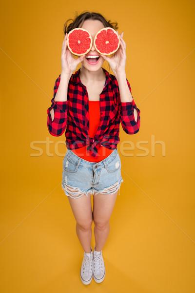 Funny szczęśliwy młoda kobieta grejpfrut oczy Zdjęcia stock © deandrobot