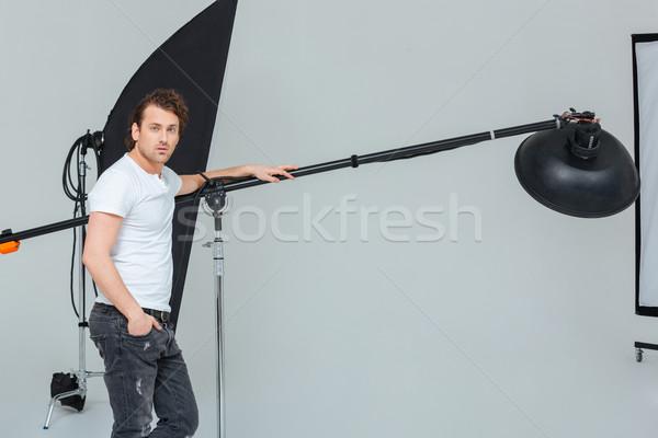 Homme photographe matériel d'éclairage élégant studio homme Photo stock © deandrobot