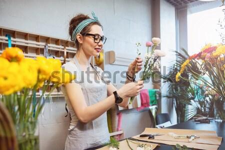 Felice donna fiorista fiori Foto d'archivio © deandrobot