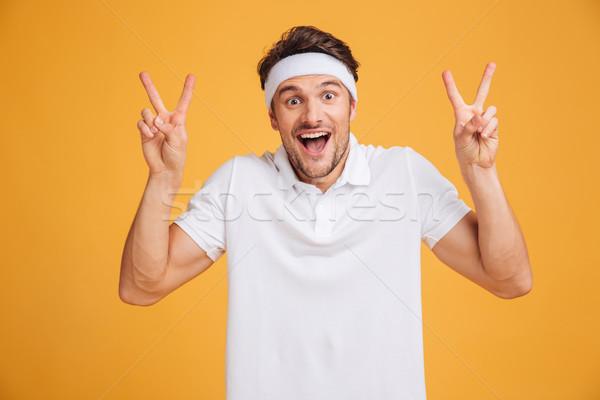 Szczęśliwy podniecony młodych mężczyzna sportowiec Zdjęcia stock © deandrobot