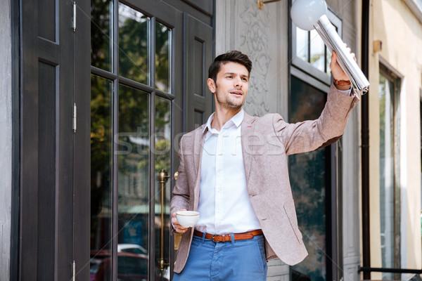 Jóvenes guapo empresario saludo alguien Cafetería Foto stock © deandrobot
