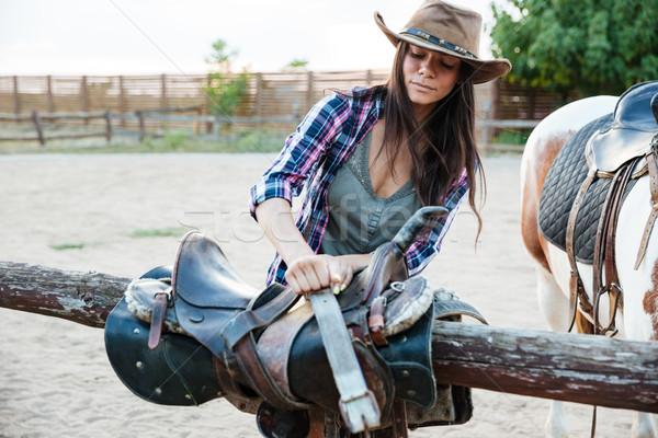 Mujer sombrero silla de montar equitación caballo hermosa Foto stock © deandrobot