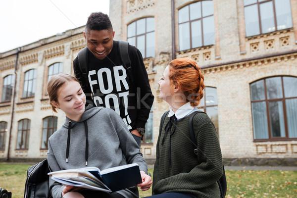 Felice giovani lettura libro esterna campus Foto d'archivio © deandrobot