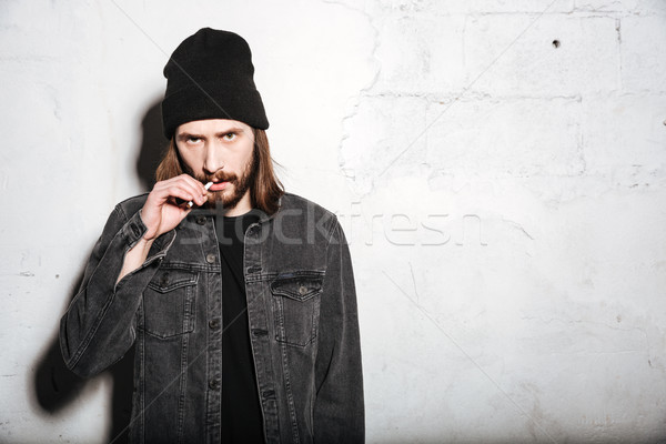 Barbu homme permanent cigarette image Photo stock © deandrobot