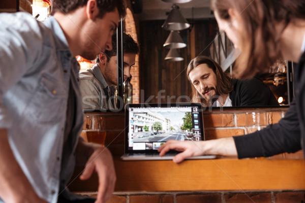 Stock fotó: Kép · barátok · néz · laptop · ül · bár