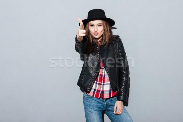 Kadın şapka deri ceket tabanca portre güzel Stok fotoğraf © deandrobot