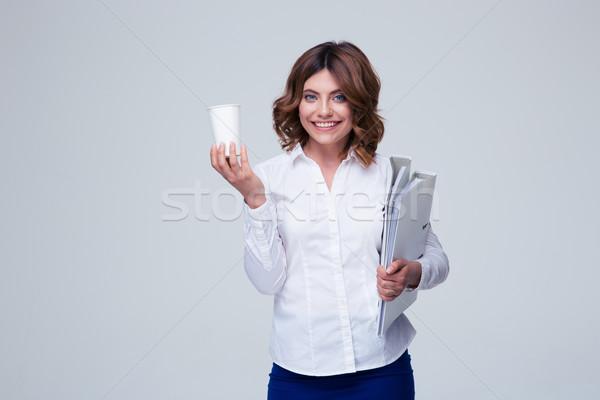 Imprenditrice cartelle Cup caffè sorridere Foto d'archivio © deandrobot