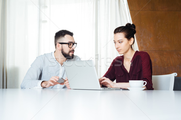 Kettő koncentrált üzletemberek dolgozik laptop tárgyalóterem Stock fotó © deandrobot