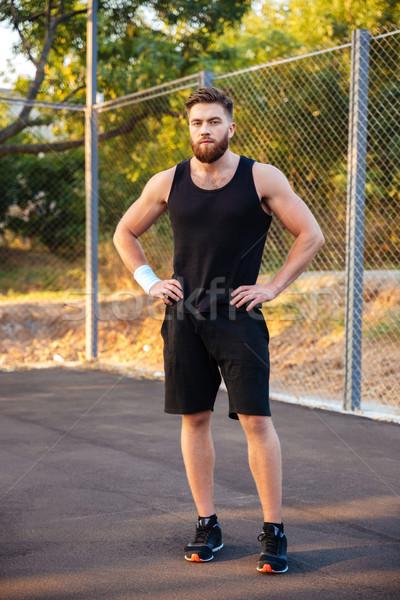 Geconcentreerde bebaarde man sportkleding permanente handen Stockfoto © deandrobot