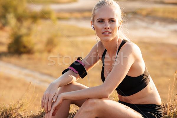 Mosolyog szőke nő fitnessz nő fülhallgató pihen edzés Stock fotó © deandrobot