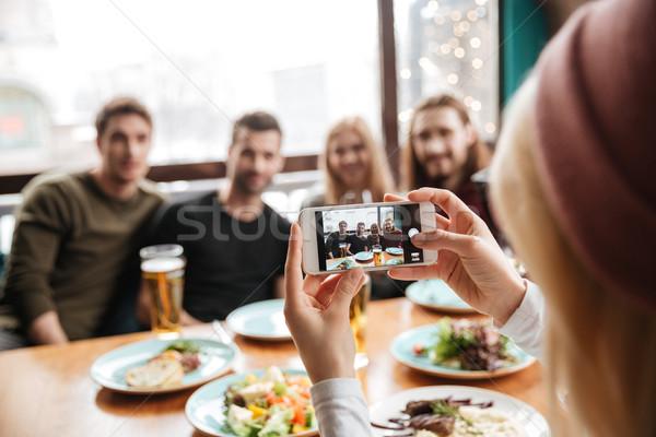Vrienden vergadering cafe drinken alcohol Stockfoto © deandrobot