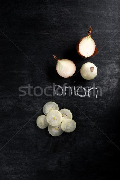 Cortar cebola escuro quadro-negro topo ver Foto stock © deandrobot