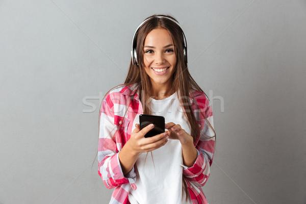 молодые красивой брюнетка женщину длинные волосы прослушивании Сток-фото © deandrobot