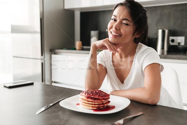 Boldog fiatal nő kacsintás fotó ül konyha Stock fotó © deandrobot