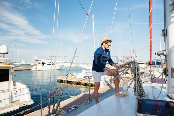 Jonge stijlvol matroos man permanente jacht Stockfoto © deandrobot