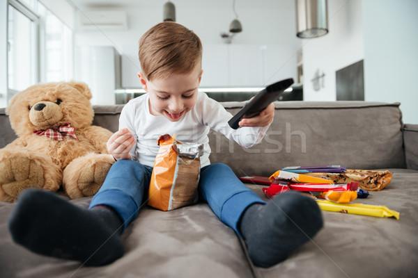 Piccolo ragazzo seduta divano orsacchiotto home Foto d'archivio © deandrobot