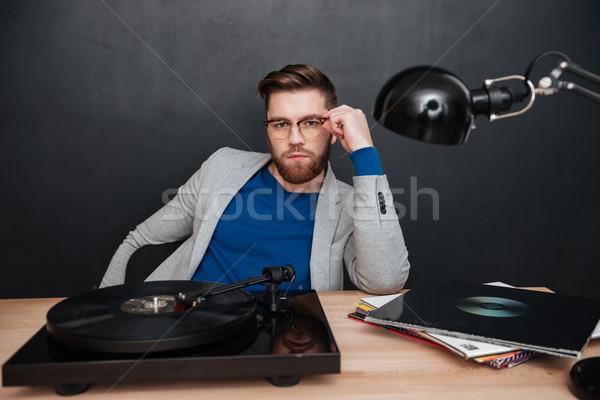 Hombre gramófono sesión mesa estudio mirando Foto stock © deandrobot