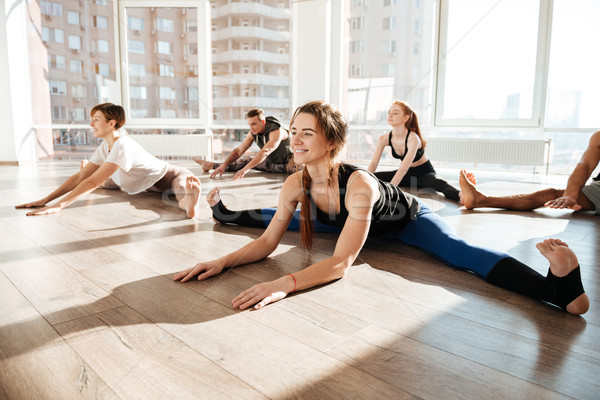 Gruppe Menschen Dehnung Schnur Yoga Studio Gruppe Stock foto © deandrobot