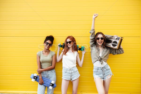 Zdjęcia stock: Szczęśliwy · kobiet · znajomych · stałego · żółty · ściany