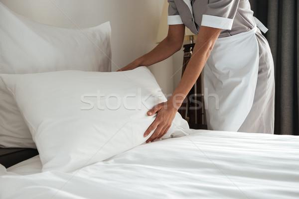 Afbeelding bed hotelkamer vrouwelijke meisje Stockfoto © deandrobot