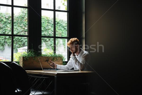 Porträt ernst bärtigen Geschäftsmann halten Smartphone Stock foto © deandrobot