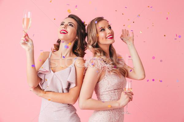 Photo deux jeunes fête femmes souriant Photo stock © deandrobot