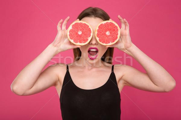 örömteli női kettő fél grapefruit szemek Stock fotó © deandrobot