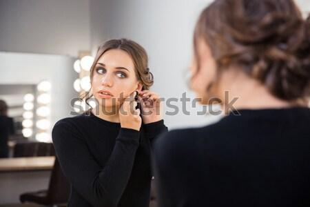 Mulher brinco retrato bela mulher olhando reflexão Foto stock © deandrobot