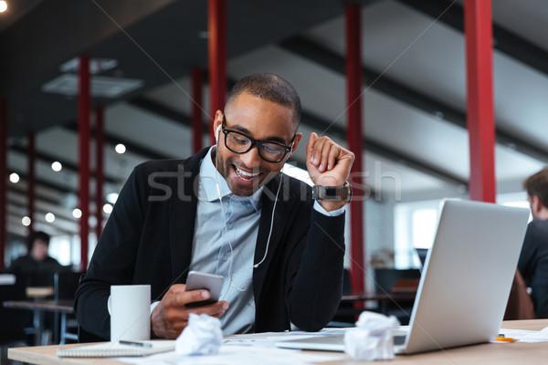 üzletember mosolyog sms chat okostelefon boldog asztal Stock fotó © deandrobot