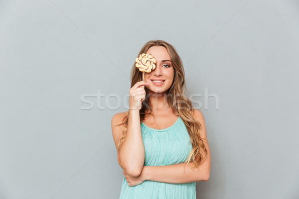 Engraçado alegre mulher jovem coberto olho pirulito Foto stock © deandrobot