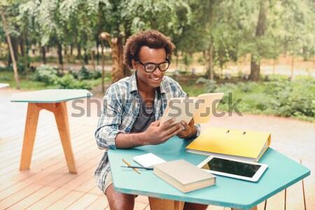 ストックフォト: 濃縮された · アフリカ · 若い男 · 座って · 読む · 図書