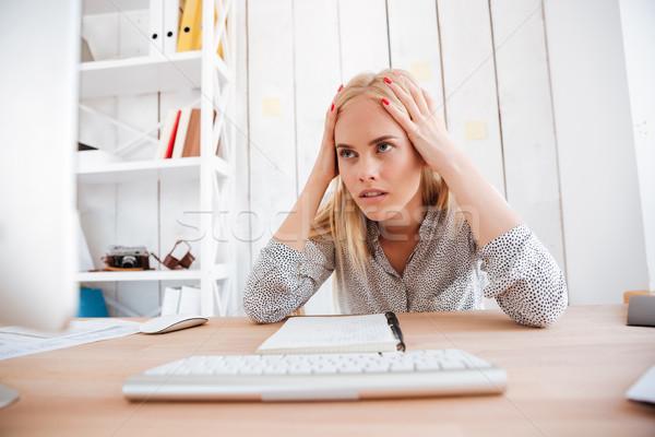 Kobieta interesu posiedzenia głowy biuro zmęczony dość Zdjęcia stock © deandrobot