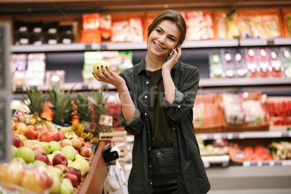 Lächelnd jungen Dame stehen Supermarkt sprechen Stock foto © deandrobot