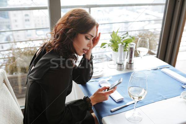 Oldalnézet elégedetlen nő étterem telefon ruha Stock fotó © deandrobot
