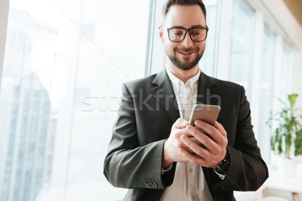 Barbudo homem de negócios terno anúncio óculos Foto stock © deandrobot