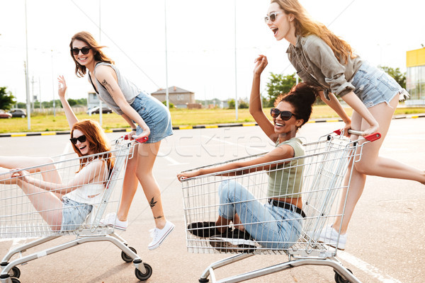 Giovani incredibile donne amici divertimento shopping Foto d'archivio © deandrobot