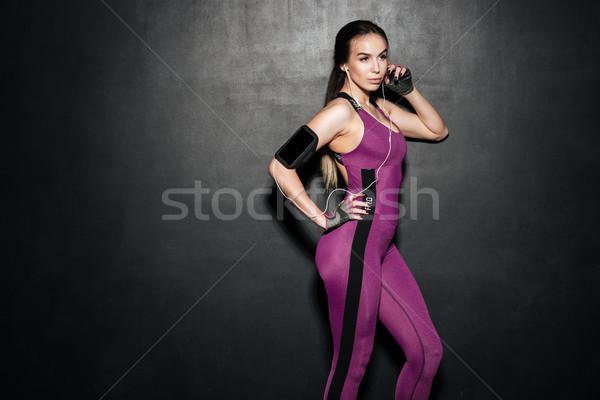 Portré sportos szexi nő hallgat zene fülhallgató Stock fotó © deandrobot
