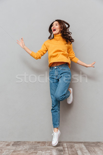 Image heureux brunette femme chandail Photo stock © deandrobot