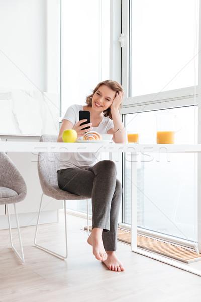 Piękna dziewczyna głowie czytania wiadomość smartphone Zdjęcia stock © deandrobot