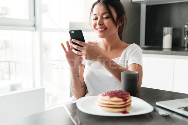 Elképesztő fiatal hölgy beszélget telefon fotó Stock fotó © deandrobot